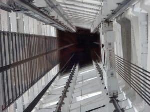 展望台にも行きました! エレベーターの構造が気になる父は この写真を撮りました(笑)