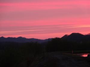 夕日が沈んだあとの空は一面赤紫に染まりました。