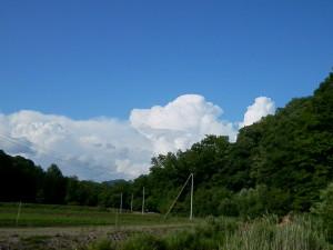 山の奥から入道雲