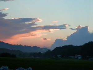 日が沈んでもまだ雲はオレンジ色