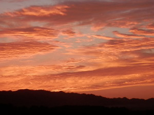 とても濃いオレンジ色に染まった雲