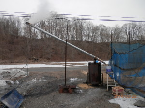 この装置は自家製の燻炭製造機です。燻炭とは 籾殻を炭にしたもののことです。燻炭は稲や ピーマンの苗床に撒いたり、堆肥に混ぜたりします。