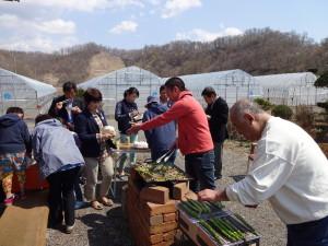 東京からお客様を招いて我家の庭でBBQ♪ ミシュラン2☆の料理人が調理するBBQは絶品です!  (右:しんせん店主の越後さん)
