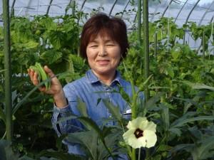 こちらはオクラの花♪ そしてこのモデルさんは母です(笑)