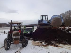 農作業が一段落したこの時期、 トラクターで堆肥を田んぼに撒きます。