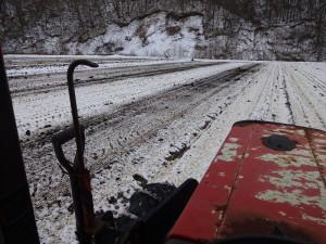 田んぼは凍っている為、トラクターが入っても ぬかることがなく、作業はしやすいです。 とても寒いですが。。。