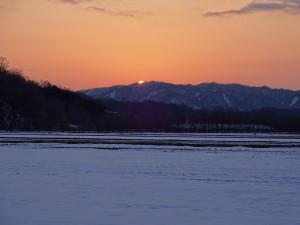 冬の夕陽&土が見え始めた畦道