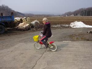 春の訪れの喜びを自転車に乗って 表現する姪っ子。