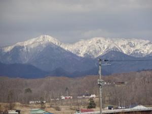 周辺の雪が溶けても日高山脈は真っ白です。