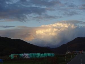 秋は天候が変わりやすいです。これはジブリの 「ラピュタ」のワンシーンに出てくる「竜の巣」 なみに成長した雲(笑)