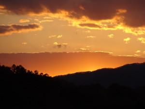 こんな夕日を見てしまったら 誰でも写真を撮りたくなるはず!
