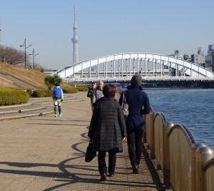 翌日、ホテルの近くにある隅田川を家族 3人でお散歩♪その様子を後ろから撮る父。
