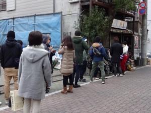 夕方、足立区にある「スタミナ苑」さんへ♪ タクシーでお店に向かいましたが、 お店の前は開店前から長蛇の列が 出来ていました!
