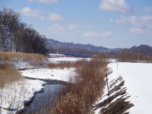 ~川一面に張っていた氷が解けて、 せせらぎの音が聞こえてきた~